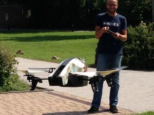 Felix fliegt Drohne